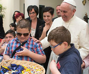 Pope lauds parents