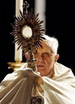 Pope Benedict XVI displays the Blessed Sacrament: The true Body, Blood, Soul and Divinity of our Lord Jesus Christ.