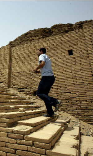 The complex of rooms around a large courtyard was found 12 miles from Ur, the last capital of the Sumerian royal dynasties whose civilization flourished 5,000 years ago.