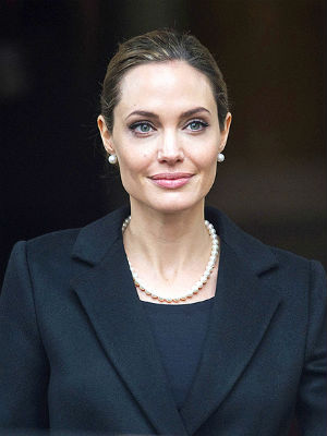 Britain has announced a program that would let all cancer patients to genetic analysis that led Hollywood star Angelina Jolie to decide to undergo a double mastectomy.
