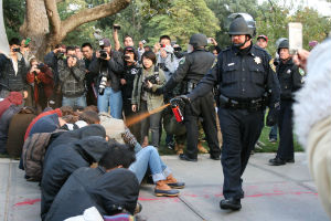 A police officer on the campus of UC Davis in California, a victim of annoyance.