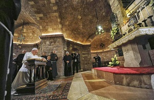 Pope prays at the tomb of the Little Poor Man, Francis of Assis