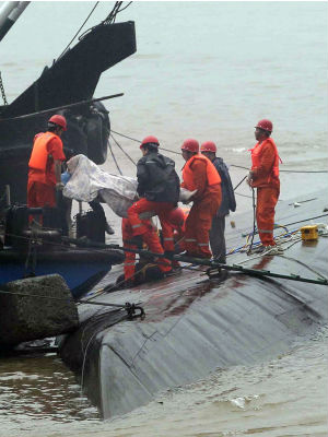 Rescuers race to pull hundreds of passengers from capsized Chinese cruise ship
