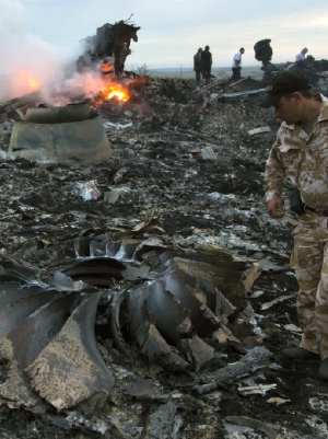 Shocking footage of horrifying MH17 airplane crash captures HUMAN BODIES falling from the sky (VIDEO)