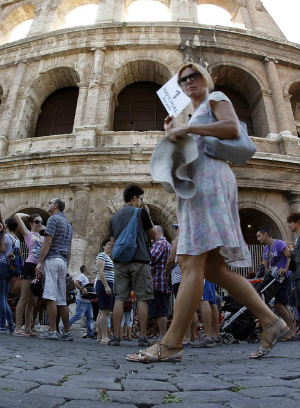 Tourist taken hostage in ISIS imitation at Rome's Colosseum