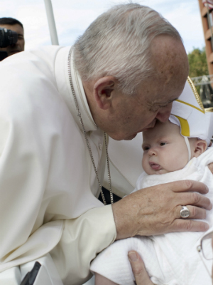 Pope Humor: Pope Francis blesses baby dressed as pope during Philadelphia papal parade