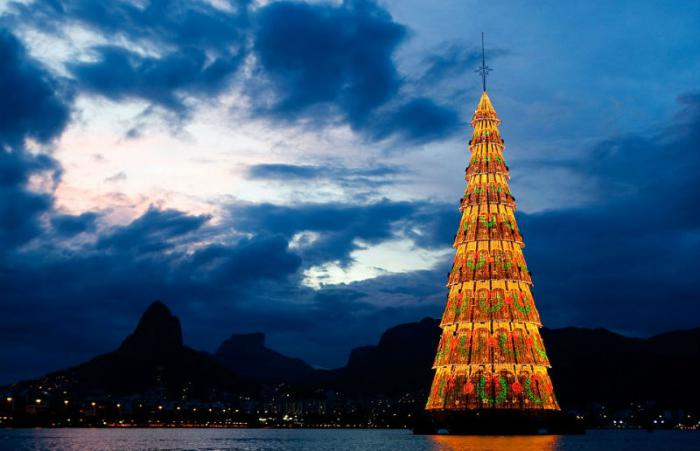 Lagoa Rodrigo de Freitas in Rio de Janeiro is the world's tallest Christmas tree.