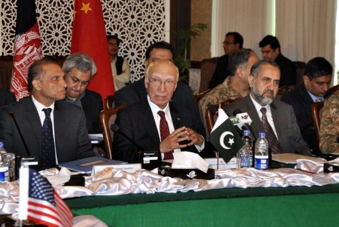Sartaj Aziz in meeting