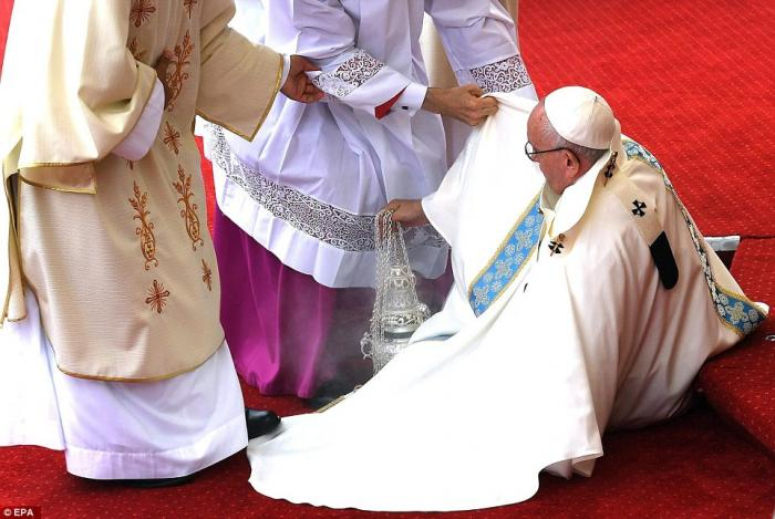 Pope Francis falls down in Poland