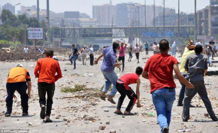 Supporters of the Muslim Brotherhood and ousted president Mohamed Morsi fighting with opponents to M