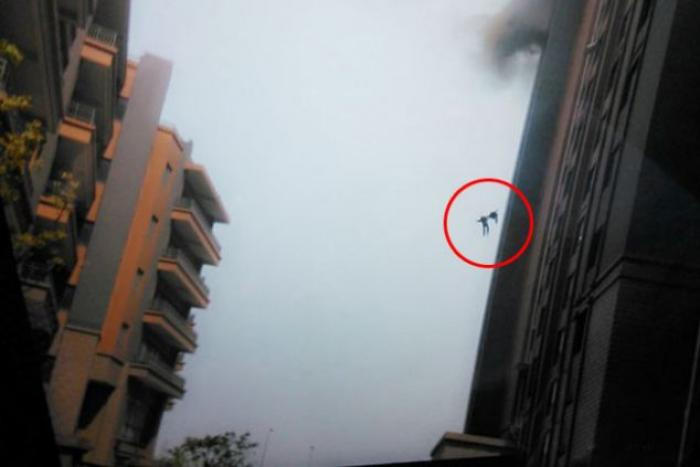 The final moment when two firemen fell to their deaths, bravely, they did not let go of one another,