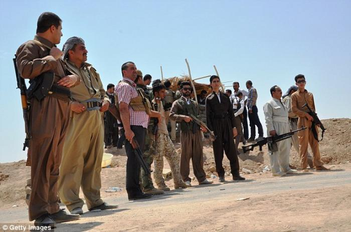 Kurdish peshmergas guard the border to prevent the attacks of armed groups led by Isis.