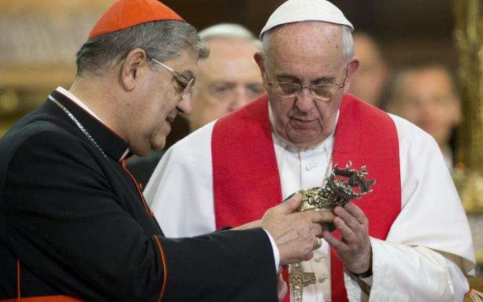 Cardinal Crescenzio Sepe shows the relic of St Januarius